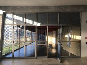 überdachte und lichtdurchflutete Glasgang